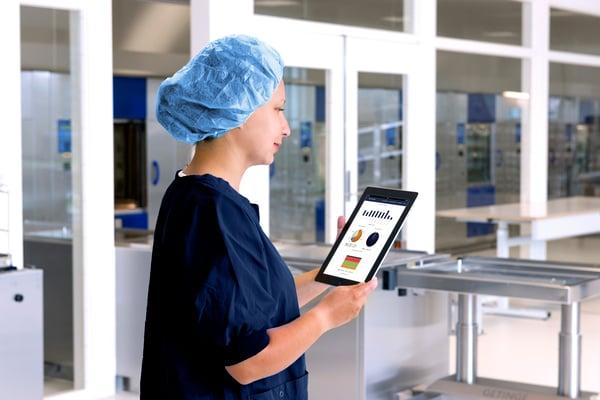 Getinge-Online-Nurse-views-statistics-from-iPad-001-GLOBAL